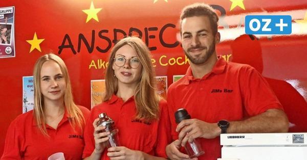 Jugendliche aus Kröpelin servieren Cocktails aus dem Barwagen