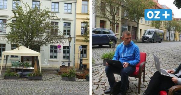 Parking Day in Wismar: Anwohner besetzen Parkplätze mit Stühlen