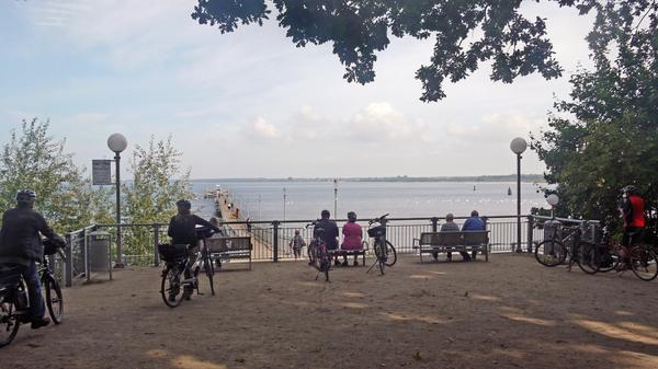 Radfahrer machen Pause an der Wismarer Seebrücke. (Foto: Helmut Kuzina)