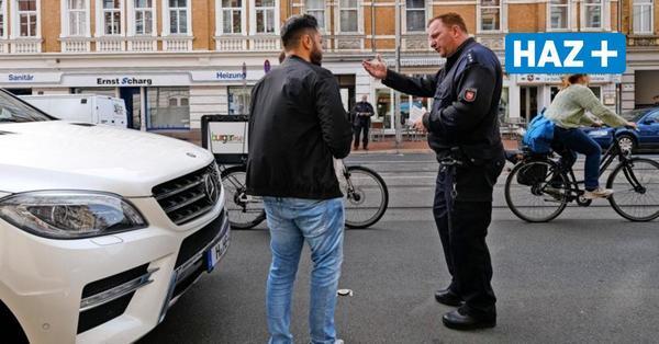 Dooring-Unfälle in Hannover: Flyer informieren Autofahrer über holländischen Griff um beim Aussteigen Unfälle mit Radfahrern zu verhindern