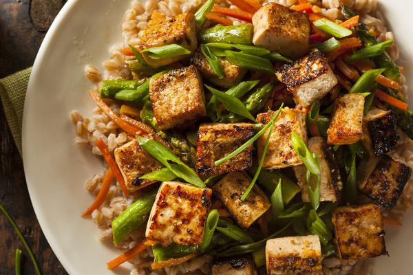 Bruine rijst met roerbak tofu