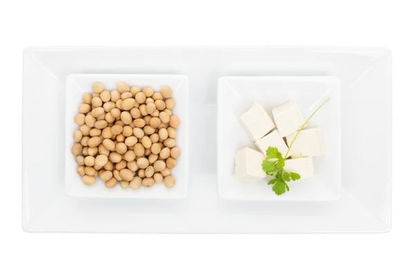Links: sojabonen. Rechts: tofu