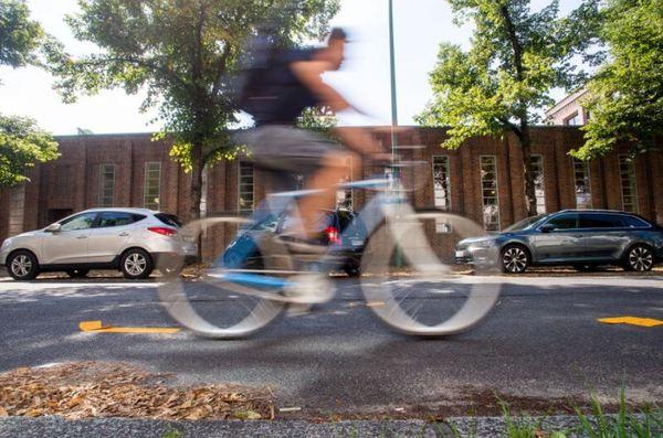 Radfahrer in der Potsdamer Gutenbergstraße. Foto: Julius Frick