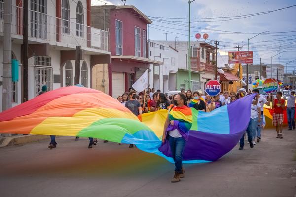 Marcha del Orgullo LGBT+ de Meoqui, Chihuahua / Foto: Misael García