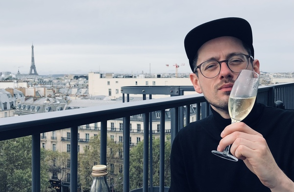 Terrasse vom Printemps Haussmann. Blanc de Blanc in der Hand.