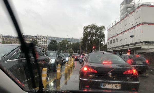Pariser Verkehr — ein stehen, behaupten und hupen.