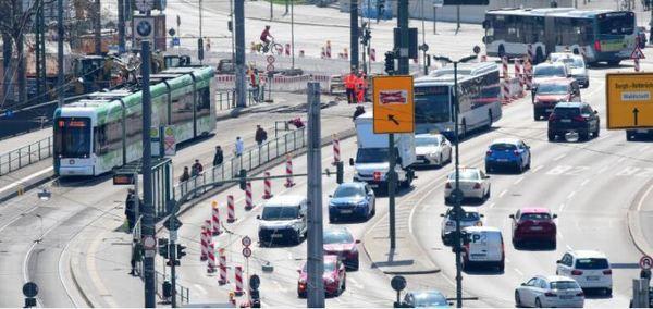 Verkehr auf der Langen Brücke in Potsdam. Foto: Bernd Gartenschläger