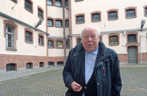 Jochen Stern im Hof des einstigen Untersuchungsgefängnisses. Foto: Bernd Gartenschläger