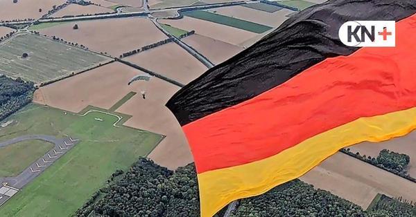 Eckernförder holt Weltrekord im Flaggenspringen mit einer Monsterfahne