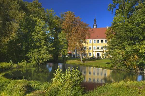 Zu den Sehenswürdigkeiten von Lübben gehört das rekonstruierte Schloss aus dem 16. Jahrhundert. Foto: Rainer Weisflog/Imago