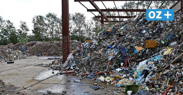 MV will illegale Mülldeponie in Güstrow räumen: Abfälle türmen sich zwischen Gärten und Acker