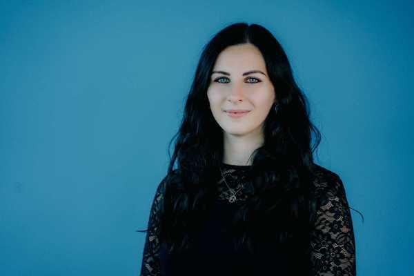 Julia Kaiser liebt es am Meer Podcasts zu hören. (Foto: Sophie Peschke)