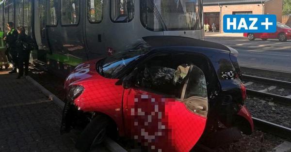 Unfall in Laatzen: Smart kollidiert mit Stadtbahn – Autofahrer verletzt