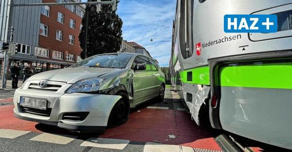 Mitten auf der Kreuzung am Leibnizufer: Auto und Stadtbahn prallen zusammen