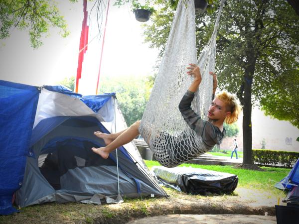 Georgina Agustina se balancea en el campamento que tiene casi dos meses instalado al frente la Universidad Autónoma de Nuevo León / Foto: Alejo Alcocer