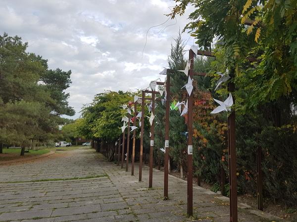 Die Kraniche am Kronsberg sind aus Papier, aber wetterfest. (Foto: Bernd Haase)