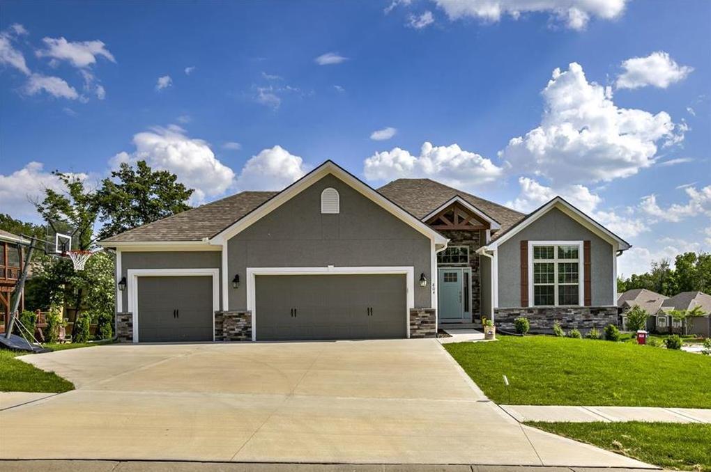Photo of 804 SE Hillside Circle Blue Springs MO 64014