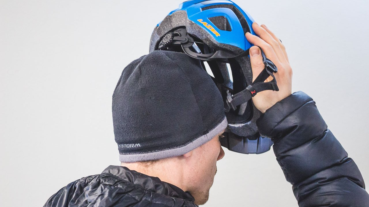 To keep your head warm, we provide the cycling beanie under the helmet.