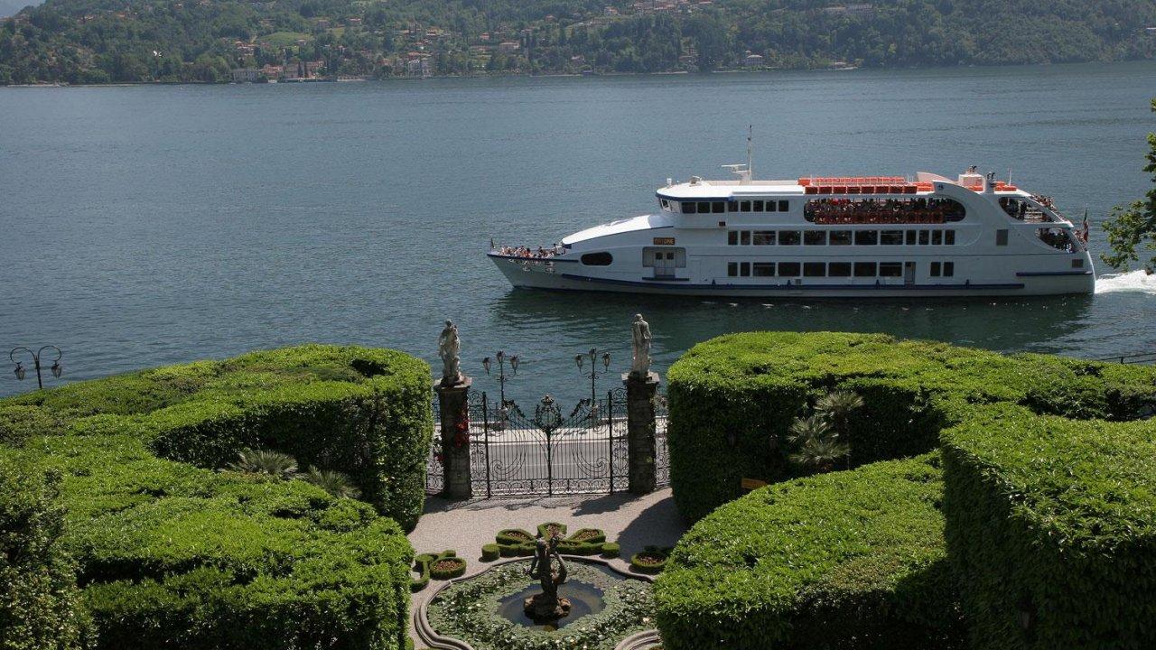 Boat ride passing in front of Villa Carlotta