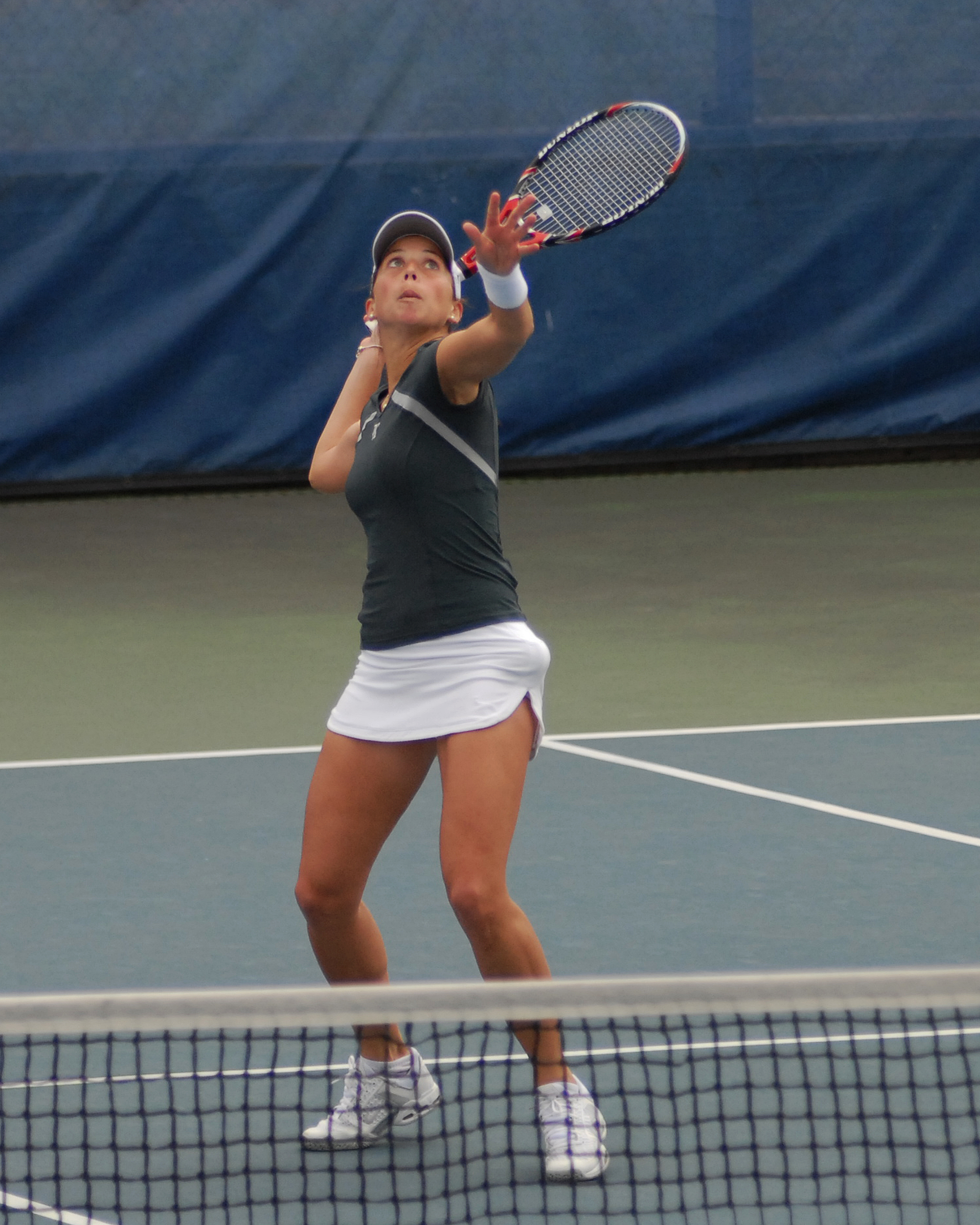 Rebekka Hänle advanced in qualifying at the ITA All-American, rebounding to win a three-set match Tuesday.