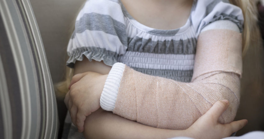 blog-how-to-tell-if-your-child-broke-their-arm-or-leg-12022015