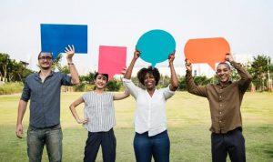 pessoas fazendo comentários e feedback negativo