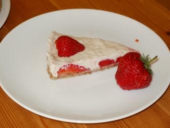 Fertiges Stück Erdbeedkuchen