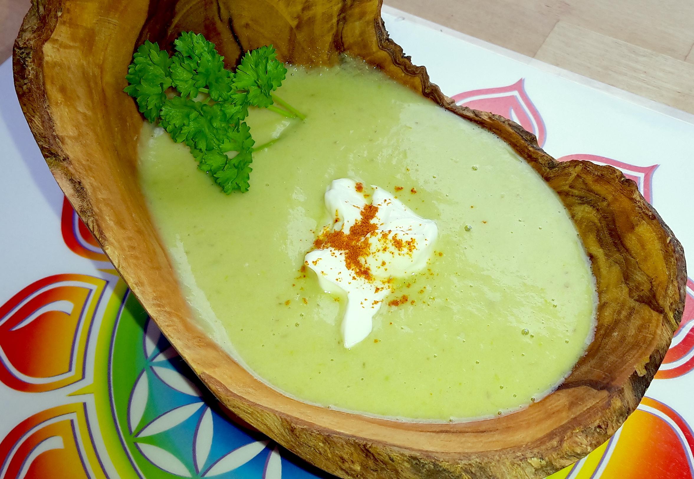 Frische grüne Spargelcremesuppe