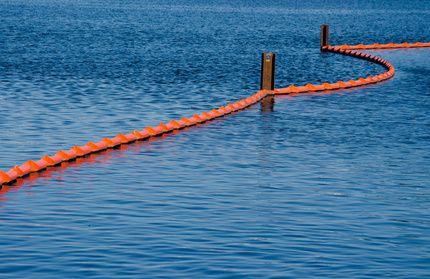 Schwimmsperren grenzen Ölpest ein