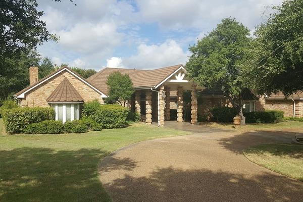 Luxurious Family Retreat on 3 acres