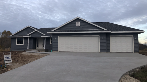 BRAND NEW HOME, 5 MINS FROM GOLF COURSE!