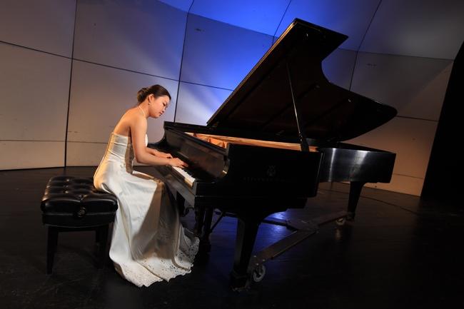1391013040 dai yi at piano