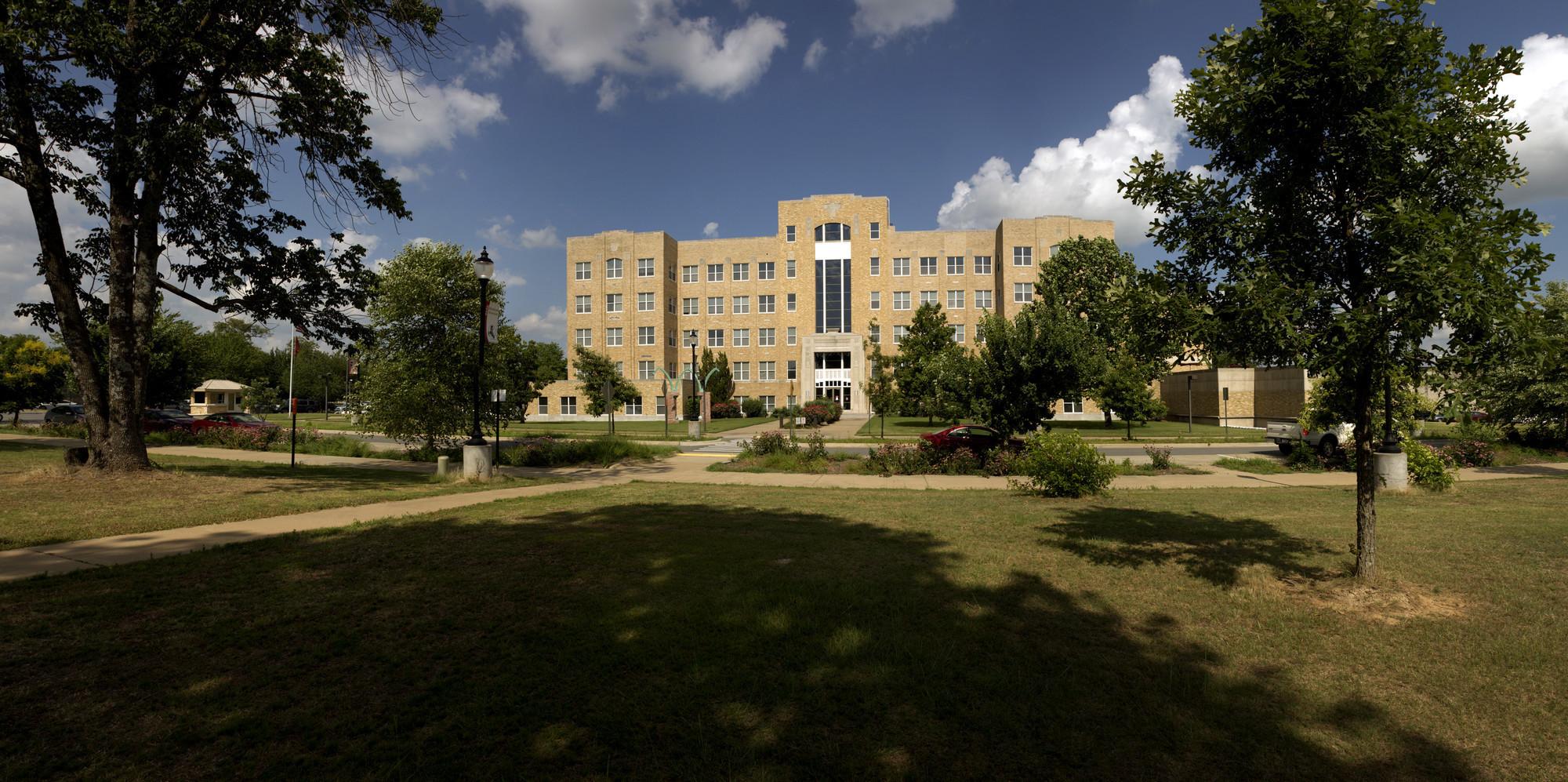 Rs1440 2016 06 24 law school front exterior lpr