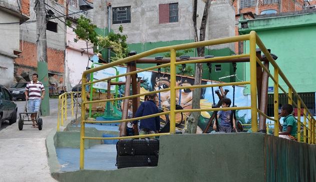 Pontos viciados de lixo estão virando sessões de cinema na Brasilândia