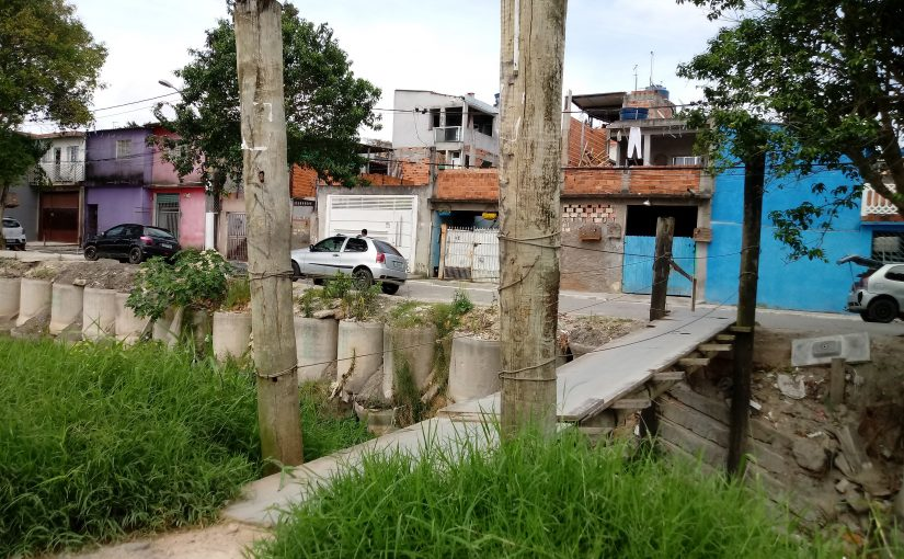 Ponte improvisada resiste há 26 anos no Itaim Paulista