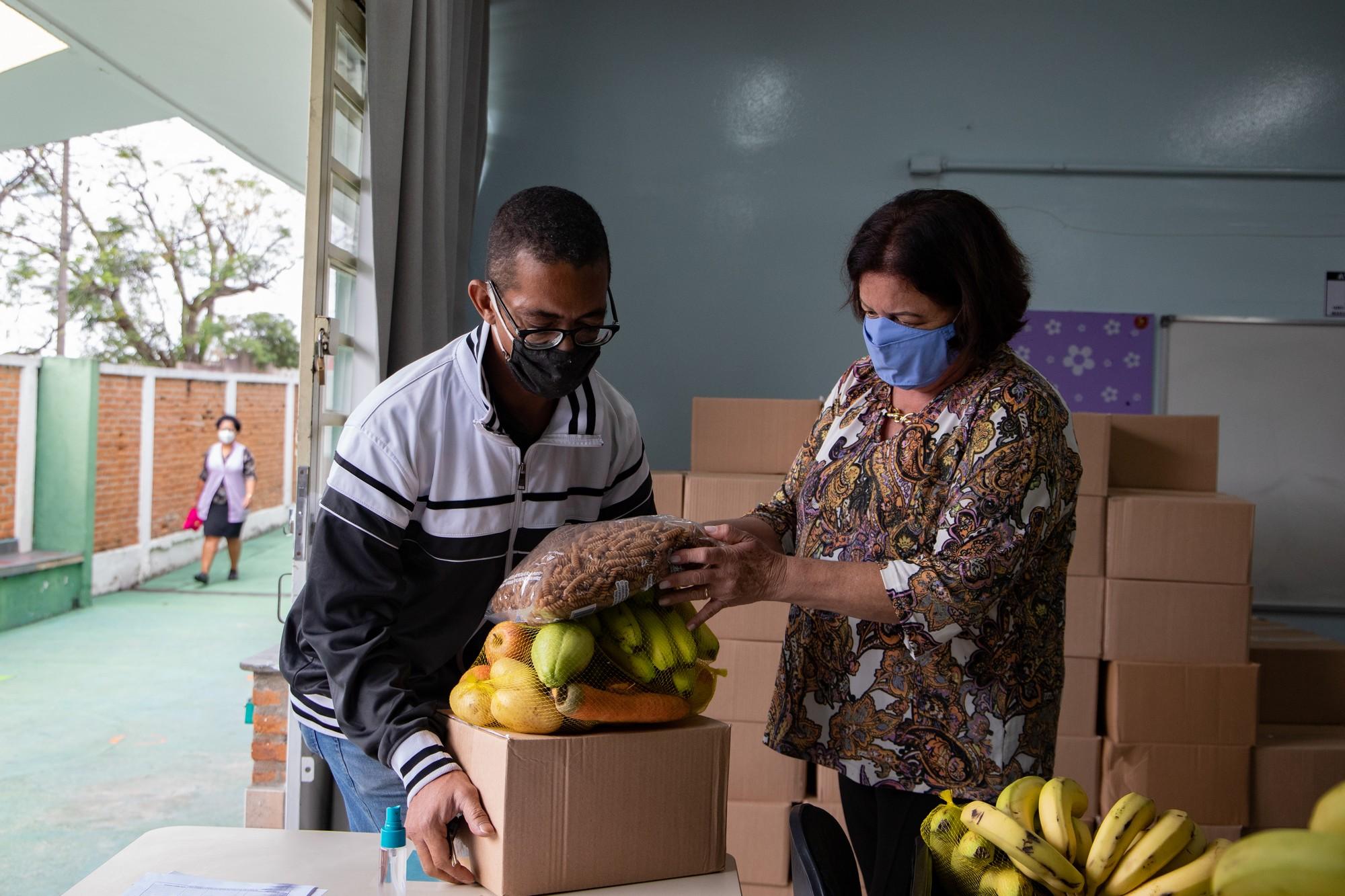 Com ritmo lento, prefeitura promete entregar 1 milhão de cestas saudáveis para estudantes