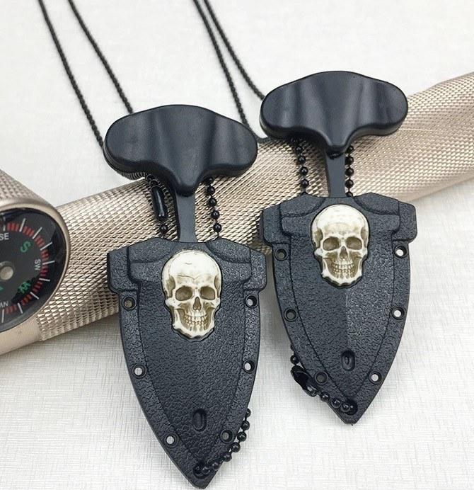 Colar em metal preto com pingente de punhal e caveira