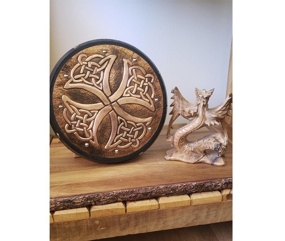 Cruz celta Triskel decorativa em latão