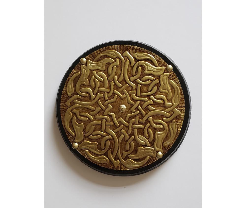 Mandala Triskel decorativa em latão