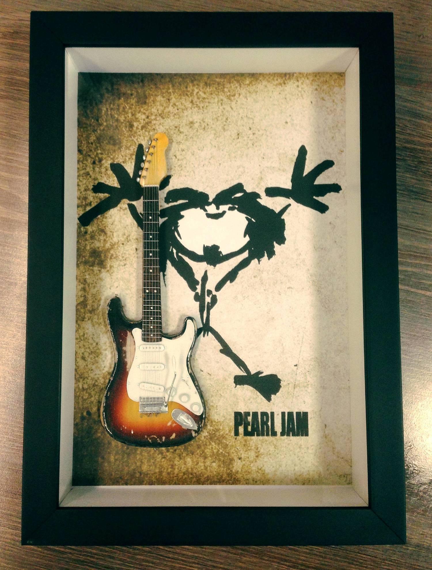 Miniatura Instrumento Musical Guitarra Pearl Jam Eddie Vedder com quadro