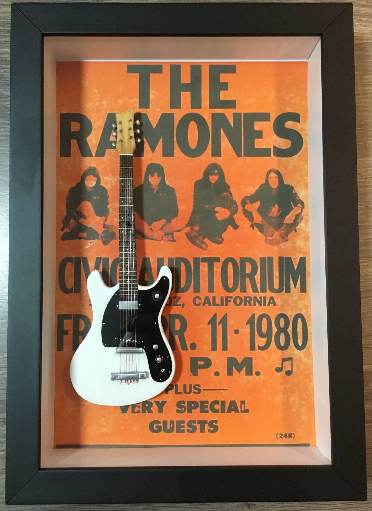 Miniatura Instrumento Musical Guitarra Ramones  Johnny Ramone com quadro