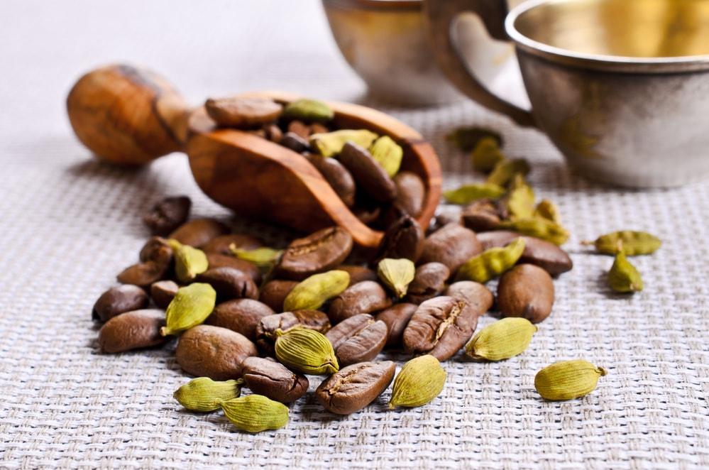 Café com cardamomo: conheça os benefícios e aprenda a preparar o seu