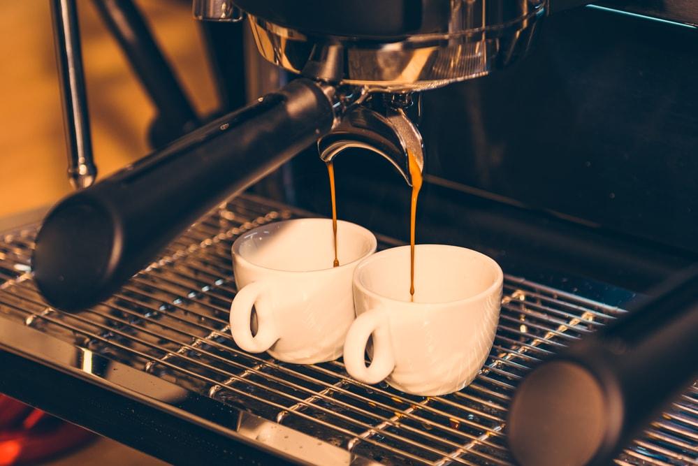 Máquina de fazer cappuccino x máquina de café: tem diferença?