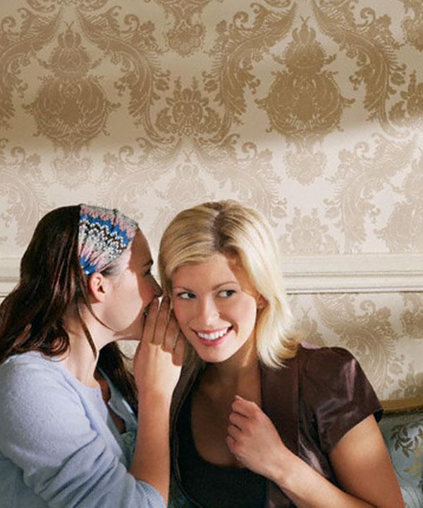 Femmes qui se disent un secret