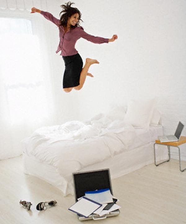 Femme qui saute sur son lit