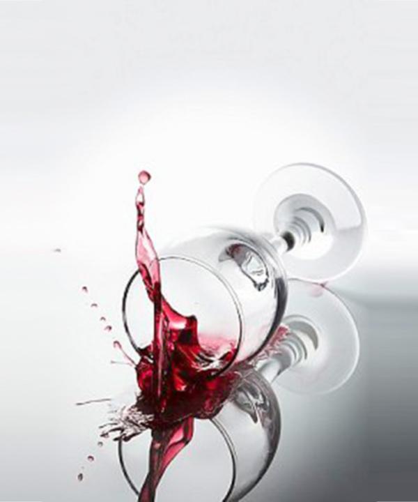 Verre de vin rouge renversé