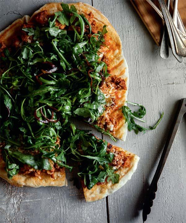 Pizza à la chaire de saucisses italiennes et salade de roquette