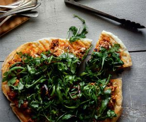 pizza-chair-de-saucisses-et-salade-de-roquette