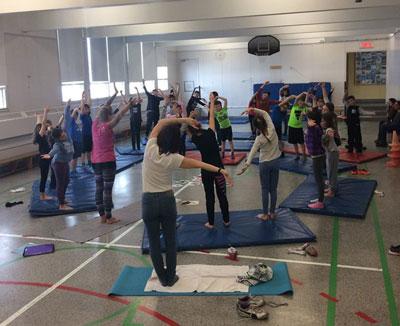Yoga-lire-enfants-ecoles