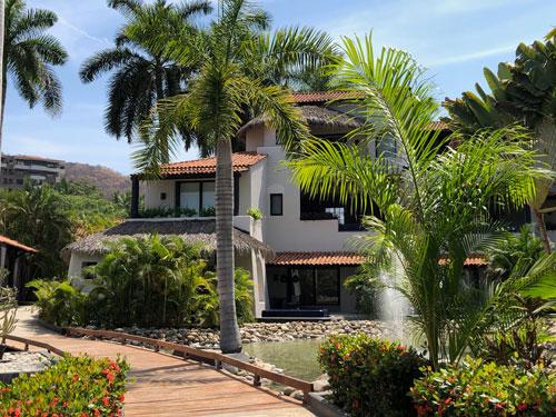 Zihuatanejo-Villa-entourée-de-végétation.-Crédit-Marie-Claude-Di-Lillo